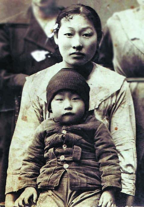 Прабабушка лидера группы «Кино» Виктора Цоя с сыном Цой Сын Дюном